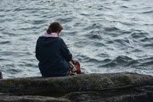 femme triste devant la mer